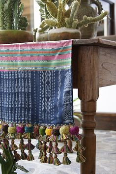 Runner with Tassels - Wood farmhouse table - Potted cactus Do It Yourself Projects, Door Hangers, Boho Chic, Diy Projects, Throw Pillows, Ornaments, Interior Design, Bed, Hand Weaving