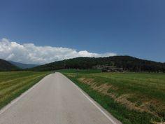 Carreteras secundarias para soñar. Carretera dirección Olot. Puertos de montaña. Ciclismo de alta montaña. Cicloturismo. Ciclismo. Colls de montaña.