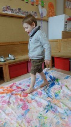 stappen op een doek met de voetjes in de verf Picnic Blanket, Outdoor Blanket, Montessori Preschool, School Themes, Process Art, Reggio, Kids Playing, Classroom, Teen