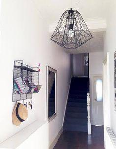 Ravissante entrée contempo-industrielle pour Lisa avec notre suspension Hive. Les premiers pas dans une maison sont les plus importants pour y ressentir l'atmosphère qui y règne.