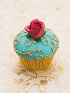 pretty scrolls cupcake