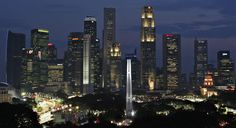 Una vista de la ciudad de Singapur y parte del circuito de la calle iluminada de la Singapur de Fórmula Uno Gran Premio durante la primera sesión de entrenamientos libres el 26 de septiembre de 2008.