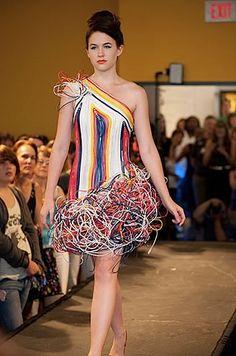 Recycled Fashion Shows - Trashion Fashion Art, Fashion Show, Fashion Design, Fashion Trends, Fashion Pics, High Fashion, Mode Geek, Crazy Dresses, Recycled Dress