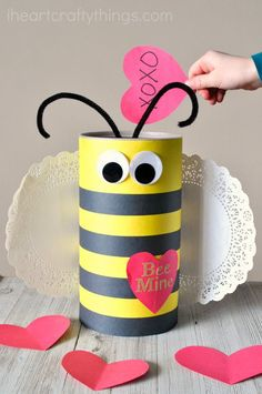 This Bee Valentine Box made out of an oatmeal container is simple to make and is perfect for Valentine's Day. Awesome DIY Valentine'i hes Box. day boxes How to Make a Bee Valentine Box Valentine Boxes For School, Kinder Valentines, Valentines For Boys, Valentine Day Crafts, Valentine Ideas, Printable Valentine, Homemade Valentines, Valentine Wreath, Valentine Party