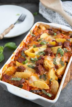 Italian casserole with potato and salami – Brenda Kookt! Italian casserole with potato and salami – Brenda Kookt! Cooking Dishes, Oven Dishes, Lunch Snacks, Italian Casserole, Good Food, Yummy Food, Vegetable Dishes, Casserole Dishes, Italian Recipes