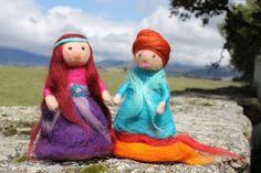 Muñequitas de lana cardada hechas con lana de producción ecológica y tintes naturales