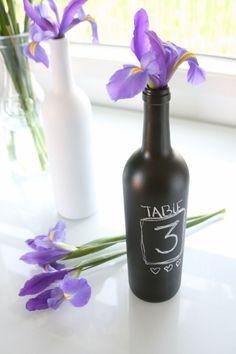 tischdeko hochzeit weinflaschen tafelfarbe streichen iris blume vase