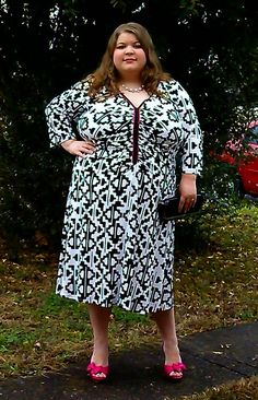 Prettiful Style outfit cute dress. Plust size fashion, pink heels, black clutch, black and white print dress.