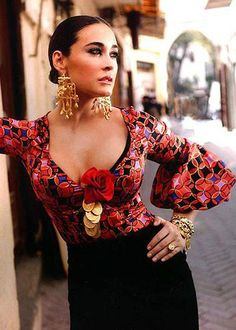 Vibrant red print & sleeve details on the top: Flamenco Fashion by Vicky Martin Berrocal. Fashion Mode, Look Fashion, Womens Fashion, Fashion Design, Gypsy Fashion, Fashion Vintage, Spanish Gypsy, Spanish Style, Gypsy Style