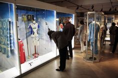 Urheiludesign kiinnosti vierailijoita näyttelyn avajaisissa.