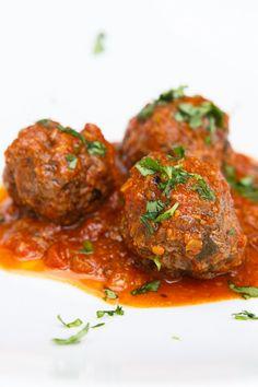 Lecker! Scharfe, orientalisch gewürzte Fleischbällchen mit einer aromatischen Tomatensauce und Auberginencrème - in 25 Minuten auf dem Tisch.