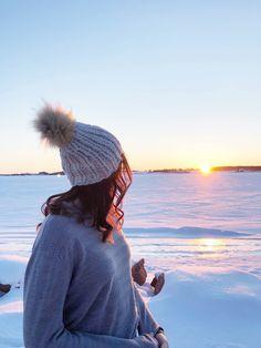 Chunky knit hat, faux fur pompom Knitted Hats, Faux Fur, Knitwear, Winter Hats, Take That, Knitting, How To Wear, Fashion, Moda