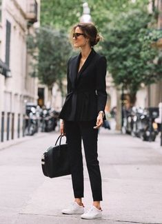 How to style a chic all black outfit. All black blazer and slacks. Fashion lookb… How to style a chic all black outfit. All black blazer and slacks. Fashion lookb…,Kıyafetler How to style a. Fashion Mode, Work Fashion, Street Fashion, Trendy Fashion, Fashion Trends, Office Fashion, Business Fashion, Business Attire, Business Women