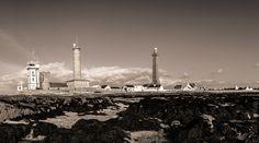 © Paul Kerrien http://toilapol.net #Bretagne - Finistère - #Penmarch : le sémaphore, la tour du feu, l'ancien phare (dans la base duquel il y avait une exposition de photographies de phares norvégiens dont certains devant lesquels j'ai navigué à 12 reprises à bord de navires Hurtigruten) et le #phare d'Eckmühl.