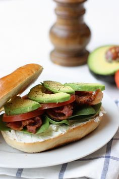 Bacon and Avocado Bagel Sandwiches. An amazing lunch or a delicious quick dinner. Lunch Recipes, Breakfast Recipes, Cooking Recipes, Healthy Recipes, Bacon Avacado, Avocado, Sandwiches, Bagel Sandwich, Homemade Bagels