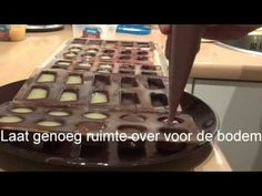 Zelf bonbons maken Chocolate Line, Mousse, High Tea, Candy Recipes, Dessert Table, Chocolate Recipes, Truffles, Fudge, Food And Drink