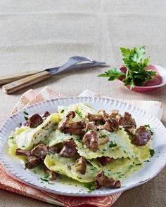 Das Rezept für Ravioli in leichtem Kräuterrahm mit Pfifferlingen und weitere kostenlose Rezepte auf LECKER.de