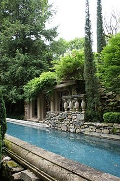 I am an absolute fan of the work of Michael Trapp, decorator and landscape designer, able to transform your plot into a garden straight out of Pompeii.