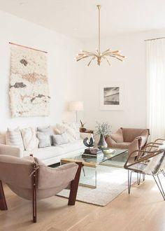 Deja que la luz inunde tu sala de estar pinta con colores claros y así se verá más amplia.