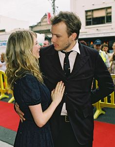 Before, we had Heath Ledger and Michelle Williams, one of the cutest couple like Kurt Cobain and Courtney Love or Rachel McAdams and Ryan Gosling. Michelle Williams Heath Ledger, Michelle Williams Style, Pretty People, Beautiful People, Joker Heath, Heath Leadger, Famous Couples, Star Wars, Celebrity Couples