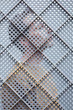 People Behind Perforated Screen  Voici une série de photos pensée par le studio Raw Color pour le collectif de designers Dutch Invertuals.
