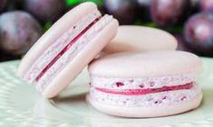 Recept na výborné makronky. Jedná se o francouzské pusinky s výtečným mandlovým nádechem, které jsou spojené chutným krémem. Zkuste tuto lahůdku, která se rozplývá na jazyku. Macaroon Cake, Cupcakes, Cheesecake Brownies, Happy Foods, Macaroons, Sweet Recipes, Pavlova, Sweet Tooth, Deserts