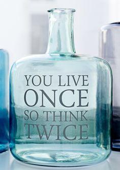 Heerlijk, die stickers van Bloomingville. Niet alleen leuk op een transparante fles, zoals hier, maar bijvoorbeeld ook grappig op een spiegel of een raam. Zo wordt een saaie vaas opeens een eyecatcher!