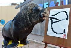 """El león marino """"Jay"""" pinta el carácter chino que se lee como """"la serpiente"""", en el acuario Hakkeijima en Yokohama, un suburbio de Tokio (Japón). (AFP/VANGUARDIA LIBERAL)"""