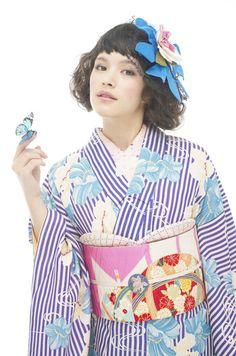 浴衣ですが、半襟、帯揚げ、帯締めとフル装備すると、着物として着用しています。縦縞と大柄な花模様がモダンな雰囲気を出し、帯が古典柄でちょうどバランスが取れています。色の対比も素敵です。
