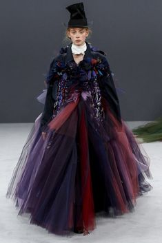 Viktor & Rolf Fall 2016 Couture Fashion Show - Dickensian-inspired Upcycled fashion - Lauren de Graaf (Elite) Haute Couture Paris, Haute Couture Fashion, Fashion Week, Fashion Art, Fashion Show, Fashion Design, Style Couture, Couture Mode, Victor And Rolf
