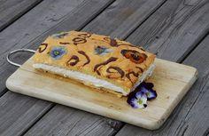 Macešky, respektive především jejich jedlé květy kralují dezertům... Butter Dish, Dishes, Cake, Desserts, Food, Tailgate Desserts, Deserts, Tablewares, Kuchen