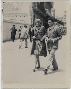 Gala y Salvador Dalí paseando en el inicio de su relación, fotografía de 1930