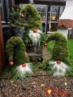 Tak toto by nám nenapadlo. Stará čapica a čečina je tou najkrajšou vianočnou dekoráciou!