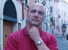 Stefano Ferrio è giornalista e scrittore. Con la sua storia ci dà appuntamento a venerdì 17 maggio 2013 per parlare con giornalisti e politici di comunicazione corretta e di come è possibile e necessario comunicare senza discriminare.