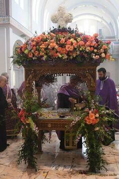Church Flower Arrangements, Church Flowers, Greek Easter, Greek Beauty, Holy Week, Holy Spirit, White Flowers, Holi, Religion