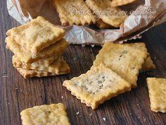 I Crackers gusto pizza senza lievito sono dei gustosi stuzzichini da sgranocchiare, ideali per accompagnare salumi e formaggi, o come base per tartine