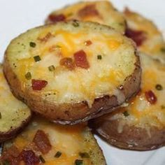 Worlds Best Recipes: Cheesy Bacon Potato Rounds. These are simple to make but oh so delicious. If your looking for a really delicious potato recipe thats delicious and easy to make you need to click the photo for this wonderful recipe. Baked Potato Slices, Bacon Potato, Potato Skins, Sliced Baked Potatoes, Cheesy Potatoes, Mashed Potatoes, Potatoes In Oven, Loaded Potato, Stuffed Potatoes