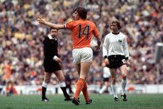 Voor Oranje kwam Cruijff 48 keer in actie. Hij scoorde 33 keer. Met het Nederlands elftal verloor de voetballer de WK-finale van 1974 © photo news