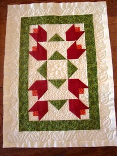Studio da Berê: Trilho de tulipas em patchwork, quiltado Patchwork Table Runner, Table Runner And Placemats, Quilted Table Runners, Mini Quilts, Small Quilts, Patch Quilt, Quilt Blocks, Quilting Tutorials, Quilting Projects