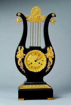 Lyra-Uhr, Frankreich, um 1830, ebonisiertes Gehäuse mit vergoldeten Applikationen, elegant, vergoldetes Zifferblatt, Breguetzeiger, Pendulenwerk mit Fadenaufhängung des Pendels, Halbstd.-Schlag auf Glocke, Schwungbereich des Pendels außerhalb des Gehäuse, Halbstd. Schlag auf Glocke, Lfd. ca. 1 Woche, Hammeraufschlagsfeder ausgebaut, Schlüssel fehlt, H. ca. 56 cm, WZ 4,GZ 2, dekorativ
