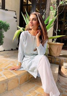 Pakistani Casual Wear, Simple Pakistani Dresses, Pakistani Bridal Dresses, Pakistani Dress Design, Pakistani Outfits, Indian Wedding Outfits, Indian Outfits, Stylish Blouse Design, Pakistan Fashion