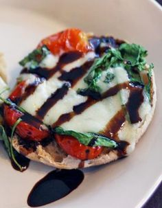 skinny mini caprese pizza - on an English muffin I Love Food, Good Food, Yummy Food, English Muffin Pizza, English Muffins, Caprese Pizza, Tomato Caprese, Caprese Salad, Bruschetta