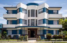 Living modern (or Streamline Moderne) – a photo gallery of Art Deco houses. Art Deco Home, Art Deco Era, Contemporary Architecture, Cuban Architecture, Classic Architecture, Streamline Moderne, Art Deco Buildings, Style Deco, Modern Art Deco