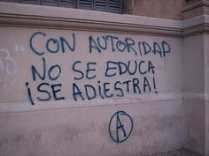 Con autoridad no se educa, se adiestra. You don't educate people with authority, you train them. Street Quotes, Some Quotes, Feminist Art, Sentences, Texts, Poems, Inspirational Quotes, Positivity, Thoughts