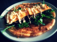 Ingrediënten   1 Mora hamburger  1 tl roomkaas  1 tl (wijnsteen)bakpoeder  1 ei  10 gr amandelmeel  10 gr (Hellmann's) mayonaise ...