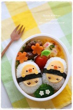 Chicks onigiri bento (made from rice, cheese, carrots, and nori) No Cook Meals, Kids Meals, Desserts Japonais, Bento Kids, Bento Food, Picnic Foods, Picnic Snacks, Picnic Dinner, Picnic Ideas
