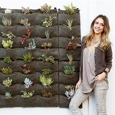 """A actriz Jessica Alba, além de fã do """"faça você mesmo"""" também é amiga do ambiente por isso mesmo criou um jardim vertical feito em feltro, numa zona do seu terraço, onde as ervas aromáticas não têm qualquer pesticidas. Uma horta biológica dentro de casa...."""
