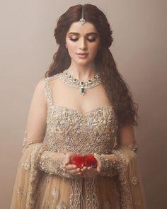 43 trendy bridal look indian receptions Pakistani Wedding Dresses, Indian Dresses, Indian Outfits, Indian Wedding Hairstyles, Indian Bridal Makeup, Engagement Dresses, Desi Wedding, Wedding Reception, Wedding Attire