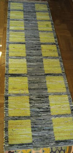 I n s p i r a Swedish site Loom Weaving, Tapestry Weaving, Hand Weaving, Jute Rug, Woven Rug, Peg Loom, Rug Inspiration, Weaving Projects, Tear