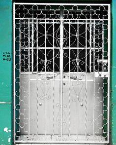 An Awesome Grey.   Un Gris Asombroso.   #photooftheday #shittylomography #blackandwhite #july #photooftheday #blacknwhite  #street #instastreet #streetphotography #streetview #streetphoto_bw #steetphotographer #urban #doorsandhandles #doorsofinstagram #colorselection #colorsplash #colorsplash_bw #colorsplash_captures #streetphotography #outdoor #streetgram #wanderlust #explore #lumia #lumiacamera #mobilephotography #fotodeldia #fotografiamovil #fotografiacallejera #estosestupidoshashtags